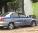 Mobil Sedan Plat Merah Tidak Terurus Dibiarkan Parkir di DPM PTSP Kota Bekasi