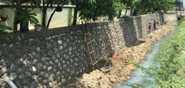 Tanpa Papan Proyek, Perbaikan Turap Kali di Depan SMP Negeri 38 Bekasi Utara Disebut 'Proyek Siluman'